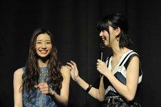 左から足立梨花、江野沢愛美。