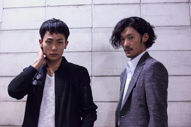 映画「ダブルミンツ」場面写真。左から田中俊介演じる市川光央、淵上泰史演じる壱河光夫。