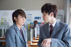 映画「ダブルミンツ」場面写真。左から須賀健太演じる市川光央、川籠石駿平演じる壱河光夫。