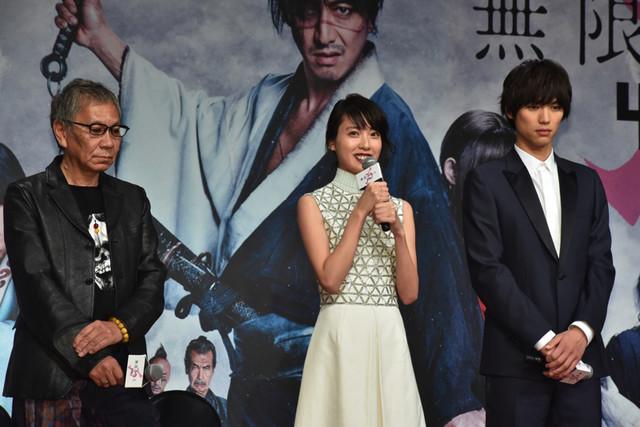 左から三池崇史監督、戸田恵梨香、福士蒼汰。