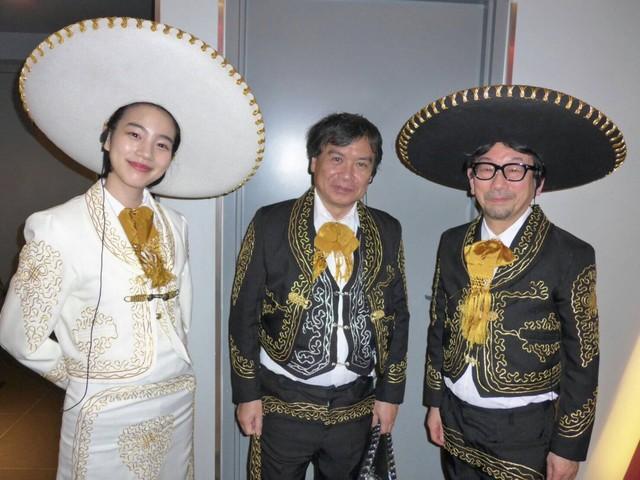 左からのん、片渕須直、プロデューサーの真木太郎。
