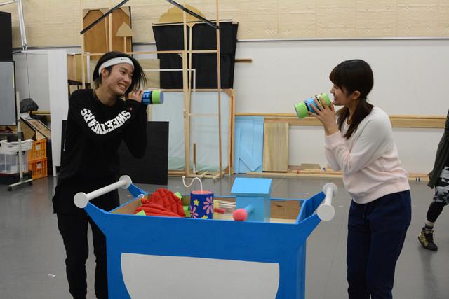 「これで安心!探検セット」での小越勇輝と樋口日奈。