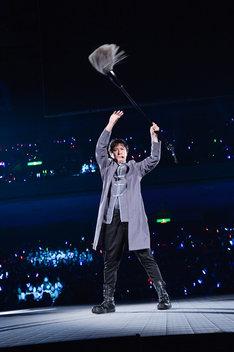 「銀魂イヤー!」と筆文字を描く、坂田銀時役の杉田智和。