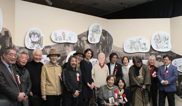 水木しげるのパネルを囲み、追悼メッセージを寄せた著名人と行われた記念撮影。