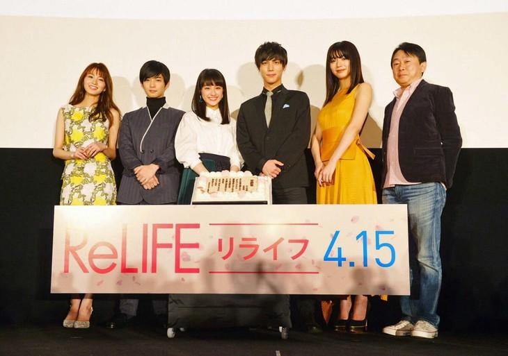 「ReLIFE リライフ」完成披露舞台挨拶の様子。左から岡崎紗絵、千葉雄大、平祐奈、中川大志、池田エライザ、古澤健監督。