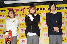 左から松岡広大、佐藤流司、黒羽麻璃央。
