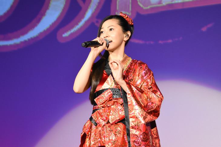 劇場版「名探偵コナン から紅の恋歌(からくれないのラブレター)」の初日舞台挨拶で歌唱する倉木麻衣。