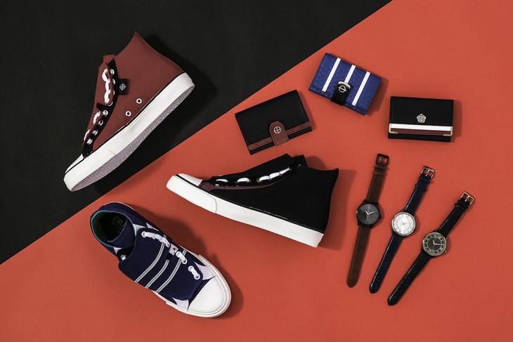 「DRIFTERS」をモチーフにした腕時計、カードケース、スニーカー。