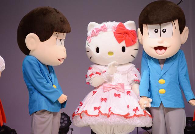 キティちゃんと手をつなぐトド松と、そんな2人を見つめる一松。