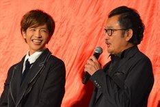 左から志尊淳、吉田鋼太郎。