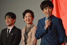 左から永井聡監督、永野芽郁、間宮祥太朗。