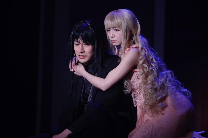 石黒英雄演じるディミトリと、入来茉里演じるアリス。