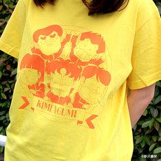 「ハイスクール!奇面組 Tシャツ」の着用例。
