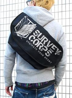 調査兵団メッセンジャーバッグの着用例。