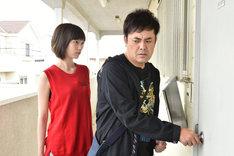 左から本田翼演じる羽田梓、有田哲平演じる富岡ゆうじ。