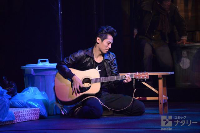 「俺節」フォトコールより。福士誠治演じる南風原太郎がギターを弾くシーン。