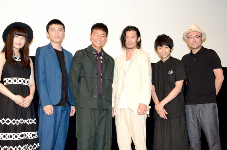 左から冨手麻妙、川籠石駿平、田中俊介、淵上泰史、須賀健太、内田英治監督。