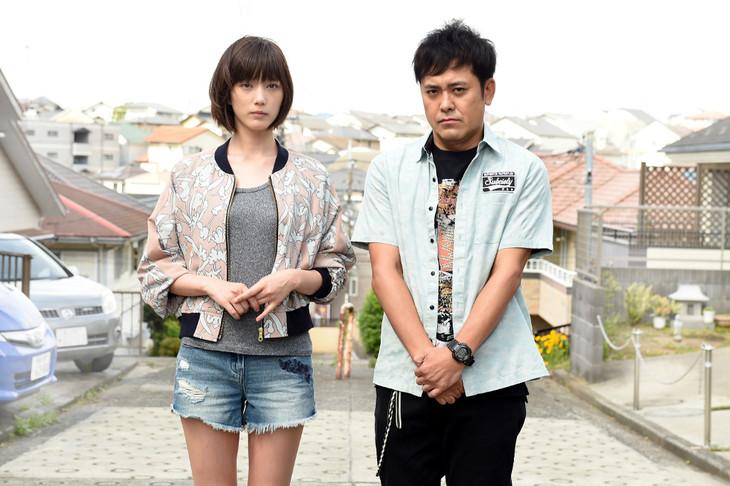 ドラマ「わにとかげぎす」に出演する本田翼(左)と有田哲平(右)。(c)TBS
