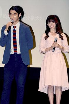 左から瑛太、深田恭子。