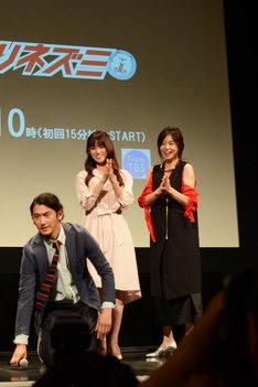 土下座をする瑛太と、それを見守る深田恭子と山口智子。