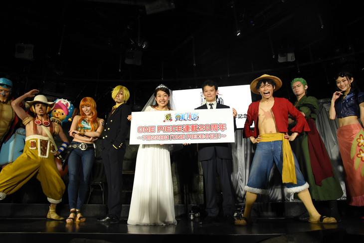 横澤夏子(中央左)、中野博之週刊少年ジャンプ編集長(中央右)と「ONE PIECE LIVE ATTRACTION」のキャスト。