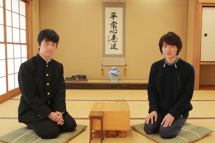 藤井四段と神木隆之介のツーショット写真。