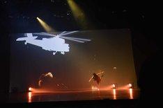 舞台オリジナルキャラクターの、松永一哉演じるエイブ・レオン。故郷の村をヘリに襲われた際にはサッカーボールでヘリを撃墜した。