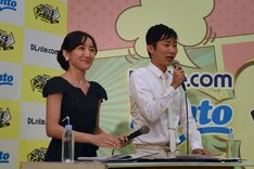 「第3回 次にくるマンガ大賞」受賞作発表会の様子。MCを務める石田明(右)と松澤千晶(左)。