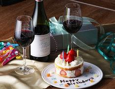 ヴィクトル・ニキフォロフの誕生日を記念したワインとグラス。
