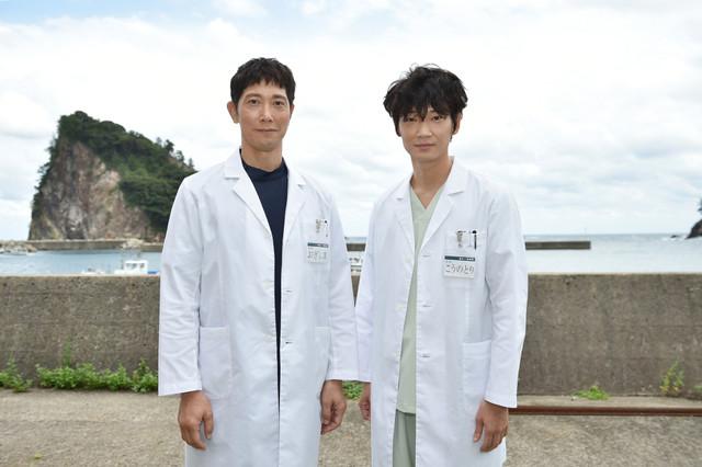 左から荻島勝秀役の佐々木蔵之介、鴻鳥サクラ役の綾野剛。(c)TBS