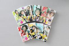 表紙イラストと同じ構図で撮影された、キャストの写真があしらわれた帯付きの単行本も店頭に並ぶ。