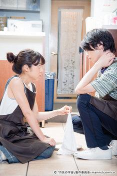 映画「爪先の宇宙」より、桐嶋ノドカ演じる亜紀(左)と、北村諒演じるアンジ(右)。