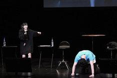 罰ゲームのセリフを言わされ、崩れ落ちる徳武竜也と、勝者の余裕を見せる田中美海。なお徳武竜也が着ている背中に「STAFF」と文字の入ったTシャツは、京まふのスタッフのもの。