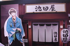 「イケメン展示◆彼と過ごした恋の園」の様子。フォトスポットも用意されている。