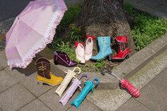 「魔法少女まどか☆マギカ」をモチーフにしたレインシューズと折りたたみ傘。