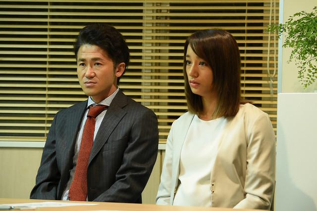左から康孝役のナオト・インティライミ、佐野彩加役の高橋メアリージュン。