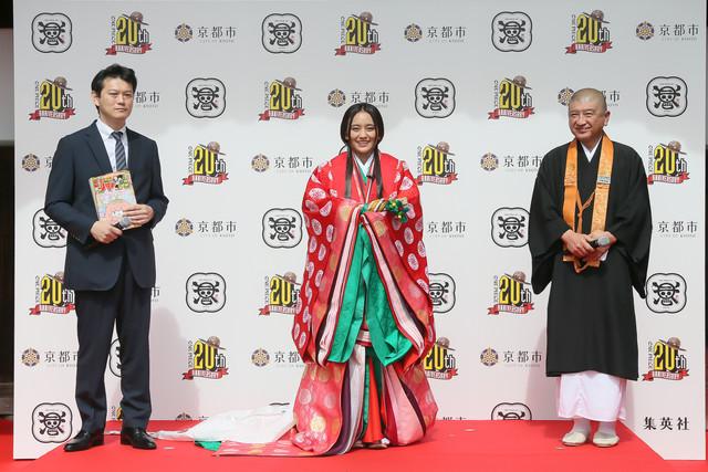 左から週刊少年ジャンプの中野博之編集長、岡田結実、大覚寺の伊勢俊雄執行長。