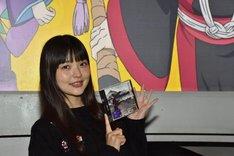 ピーチ・マキ役の上坂すみれ。手には「リバーサイド・ラヴァーズ(奈落の恋)」が収録された「彼女の幻想 期間限定アニメ盤 鬼灯の冷徹 Ver.」が。