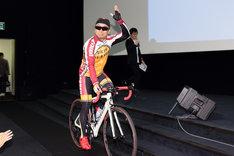 ロードバイクに乗って会場に現れた伊藤健太郎。