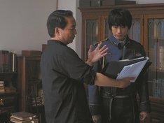 映画「鋼の錬金術師」のメイキングカット。左から曽利文彦監督、ディーン・フジオカ。