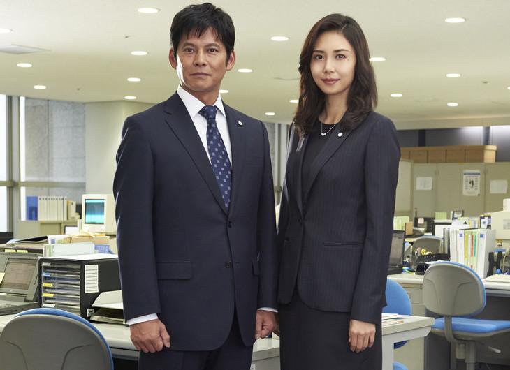 「連続ドラマW 監査役 野崎修平」に出演する織田裕二(左)と松嶋菜々子(右)。