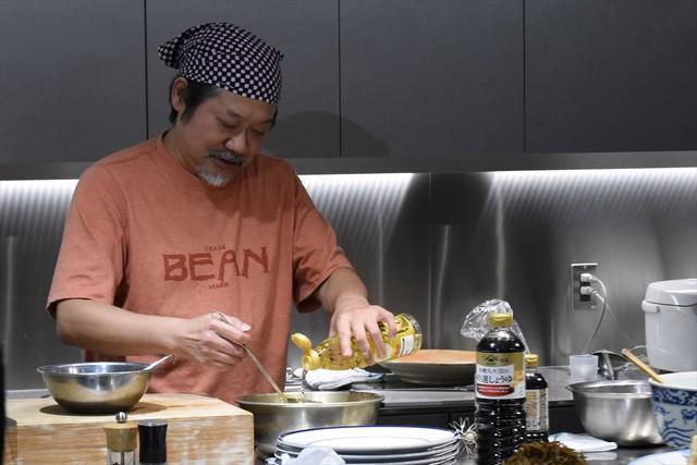 大体で大丈夫だから、と生姜焼きのタレを作るきくち。途中で「何杯入れたっけ?」となる一幕も。