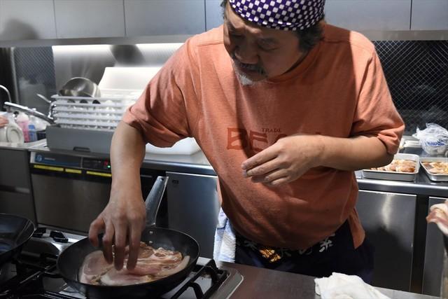 肉を焼くきくち正太。香ばしい香りが辺り一面に広がる。