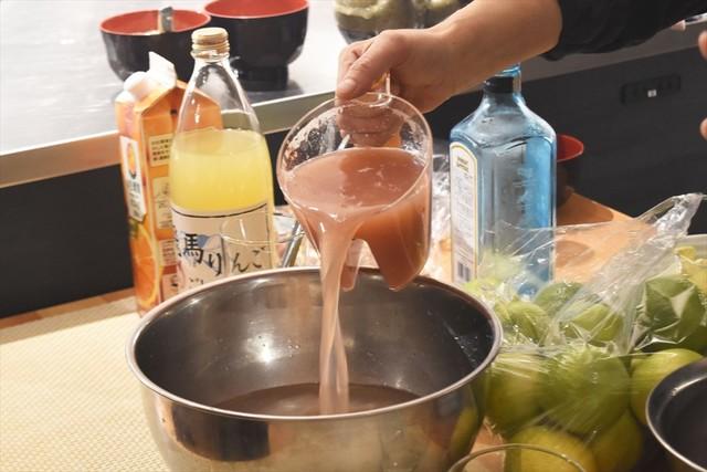 ジンに果汁を注ぎ、別のボウルを移し替えて、よくステア。これを炭酸水で割る。