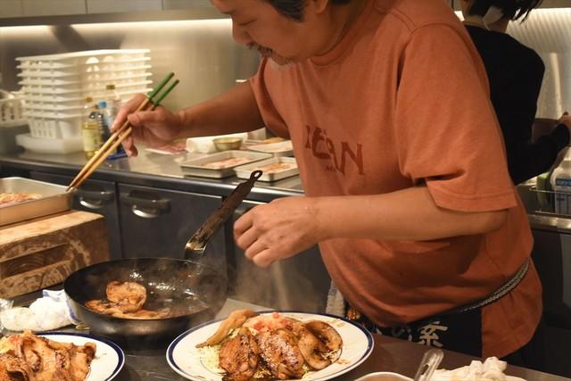 豚の生姜焼きを盛り付けるきくち正太。お皿も家から持参したというこだわりのもの。