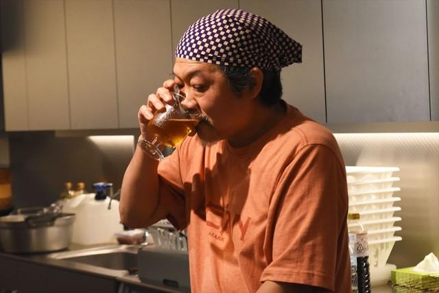 料理の合間にビールを飲むきくち正太。今日のビールはハートランド。