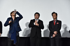 松尾諭(中央)から渡されたボトルの水を飲む宮野真守(左)。