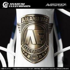 アナハイム・エレクトロニクス社のロゴがあしらわれたヘッドバッジ。