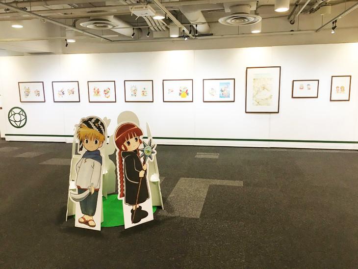 「連載25周年記念 魔法陣グルグル大原画展 ~衛藤ヒロユキの世界~」の様子。