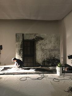 今回の撮影のために建て込みされた外壁と扉の制作背景。